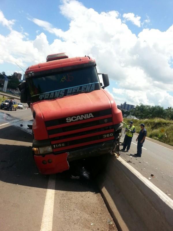 Pela Região - Colisão entre dois caminhões